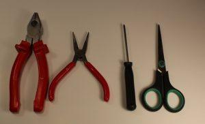 Это то, что было нужно мне: плоскогубцы, пассатижи, отвертка и ножницы