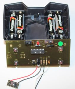 Светодиод светится когда переключатель (левая верхняя пипа 8MS) переведен в крайнее левое положение