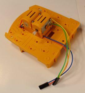 Обратите внимание - желто-зеленые провода проходят справа вдоль ряда моторов. Это правильно!
