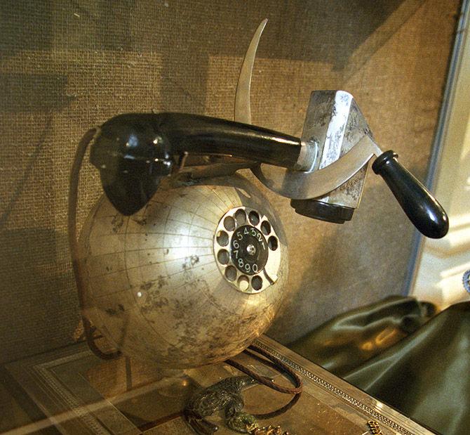 Телефонный аппарат в виде земного шара