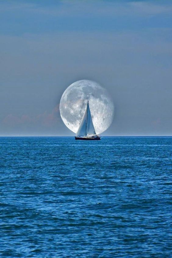 Яхта и луна