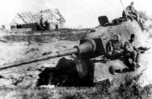 """Советские бойцы позируют на фоне """"Королевского Тигра"""""""