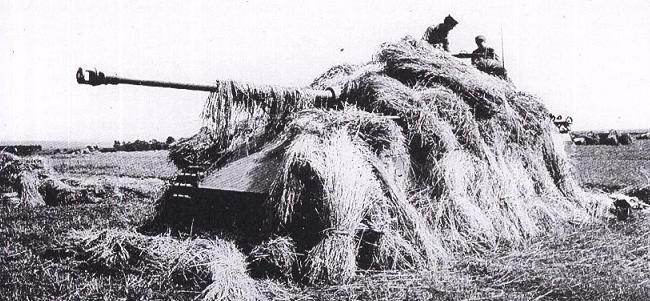 Немецкий танк в стогу сена