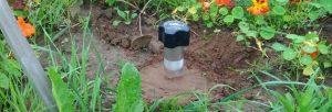 Вибрационный отпугиватель кротов LS-997MR установлен в огороде