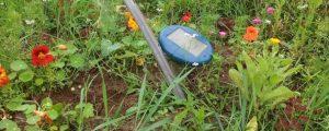 """Звуковой отпугиватель кротов, змей и насекомых с солнечной батареей """"Weitech-WK677 Solar"""" на грядке"""