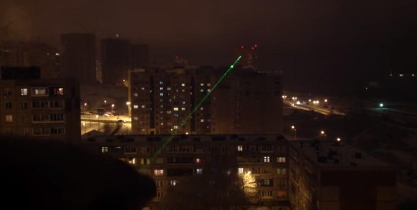 Лазерный луч зеленого цвета очень хорошо виден в темноте