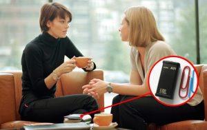 Портативный диктофон спрятан в клатче собеседника