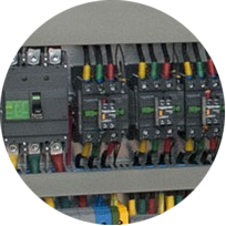 DIN рейка и оборудование в электрическом шкафу