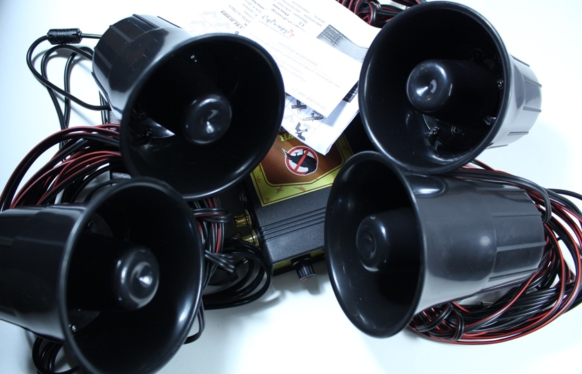 """Комплектация """"Коршун-16"""". Содержит 4 динамика, блок управления и адаптеры питания"""