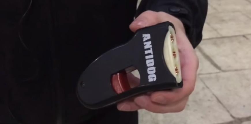"""Светозвуковой картридж установлен в устройство """"Antidog"""""""