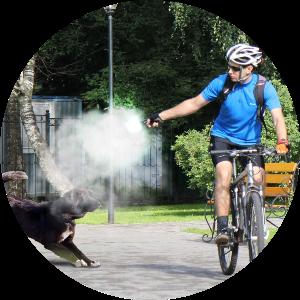Велосипедист защищается, применяя antidog