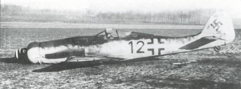 Fw 190D-9, JG 54, операция «Bodenplatte», 1.01.1945 год. Тео Нибель приземлился на брюхо после повреждения маслорадиатора куропаткой